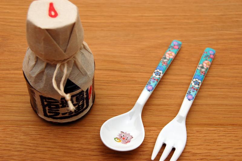石垣島ラー油1500円たかー! シーサーイラストのスプーン&フォークは息子用に首里城で購入。カワシーサー。