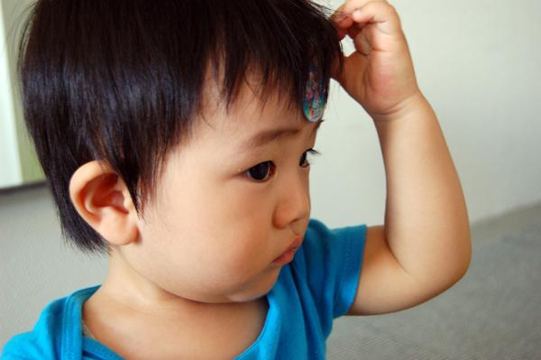 ちゅらもえシールを額に貼る息子。ぼく、はずかしくないです。