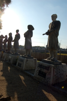 四十七士の石像が並びます。全員いたかな?みんな顔が同じ。
