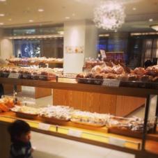 ホテルのパン屋。美味しいね。