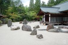 石庭が美しい、お茶とお菓子もいただけ、お坊さんのありがたいお話も聞けます。