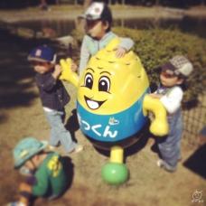 ゆるキャラグランプリで最下位になった、日本一人気のないゆるキャラ、「まっくん」に群がる子たち(笑)。