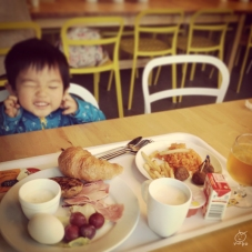 朝食初めて食べましたが、安くてビックリ。多摩モノレールが見えて喜ぶ息子。