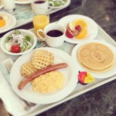 朝食1,800円。朝食としては高いけど、確実にキャラクターに会えると思えば…。