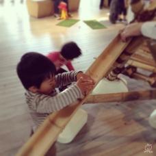 ドングリを転がす竹の玩具で、随分と遊んでました・・・。作ろうか?w