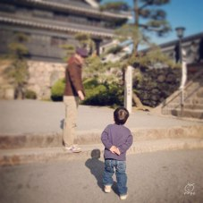 お城を見て回る時、よくやってる腰の後ろに手を回すポーズ。お爺ちゃん…。