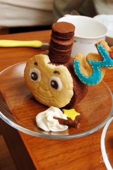 分けたトーマスの頭。クッキーかじって遊びに行っちゃった(笑)。
