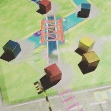 積木を置くと、色別に線路・川・道路が出来るというもの。ですが、ただの積み木遊びに・・・。