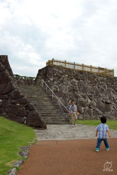 予想外に石垣が立派で、階段多いよお…。