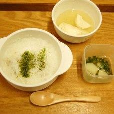 しらすと青のり粥、じゃがいもの味噌汁の前、お豆腐のだし煮