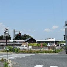 周りの景観に合わせて、コンビニやお店がこげ茶色!落ち着いてて良いー。