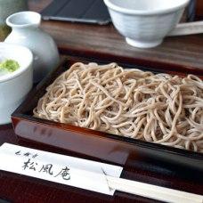 毛越寺に移動して、庭園内でお昼を頂きます。沢山歩いたから、お蕎麦美味しい。