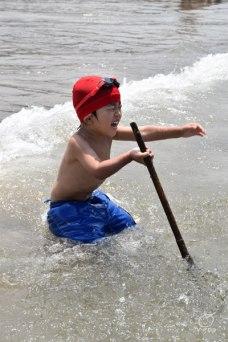漂流木で波と戦う長男。