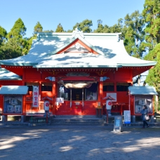 朱色が眩しい可愛い神社。