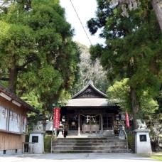 遊びに行く前に神社によりましょう。