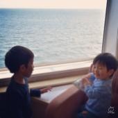船に乗って大喜び。 自由に歩き回れるし、子連れ旅で船はラク~。