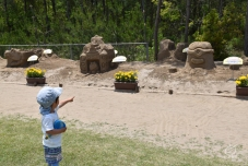 ミニオンズの砂像を、めっちゃ怖がる次男・・・。ここから暫く動けない。。。
