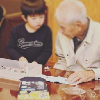 長男のターゲットとなった、ひいじいちゃんは、LEGOが完成するまで帰れないの刑。